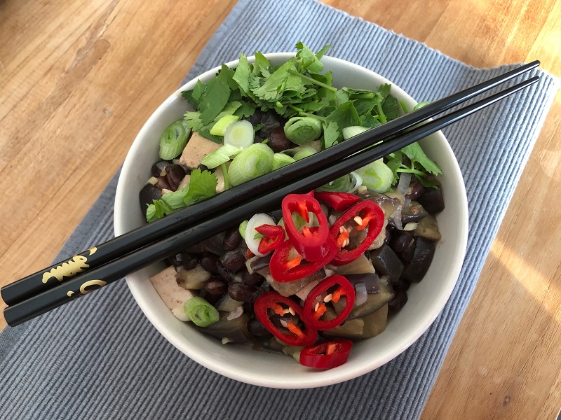 Aubergine met tofu en zwarte bonen