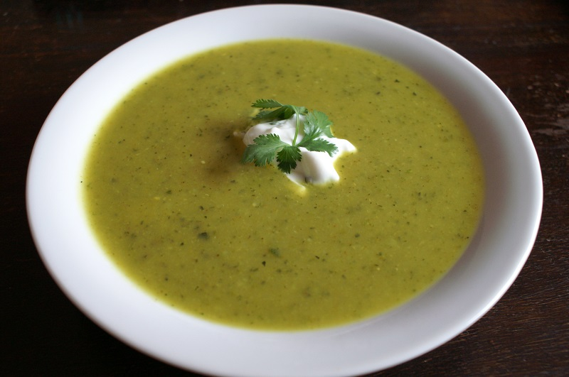 Australische courgettesoep met hot curry en koriander
