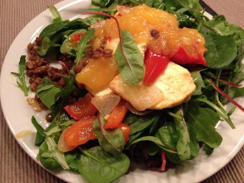 Warme salade met paneer, linzen en chutneydressing