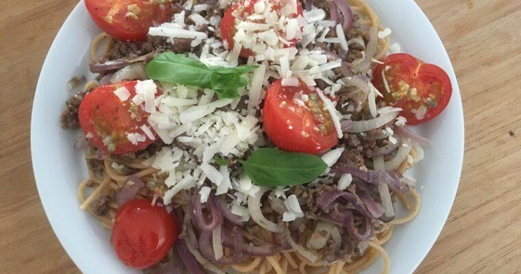 Spaghetti met uiengehakt en knoflooktomaten